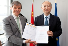Commissioner for Agriculture and Rural Development, Mr. Dacian Cioloş with the Chinese Minister of the General Administration of Quality Supervision, Inspection and Quarantine of China, Mr. Zhi Shuping,