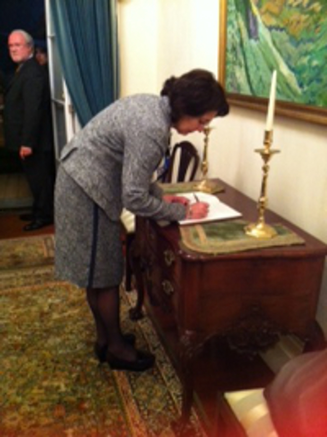 Commissioner Damanaki signing the book of visitors at the Presidential House in Ponta Delgada