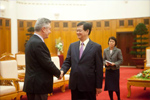 Handshake between Nguyễn Tấn Dũng, Vietnamese Prime Minister, on the right, and Karel De Gucht