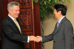 Karel De Gucht, on the left, shakes hands with Sok An, Cambodian Deputy Prime Minister, on the right, at the Council of Ministers.