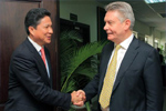 Karel De Gucht, on the right, shakes hands with Sun Chanthol, Cambodian Minister of Commerce, on the left, at the Ministry of Commerce.