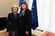 © EU, 2014 - Commissioner Geoghegan-Quinn is presented with the Legion d'honneur from the French Minister for Research and Higher Education, Geneviève Fioraso, in Brussels, 26/9/2014