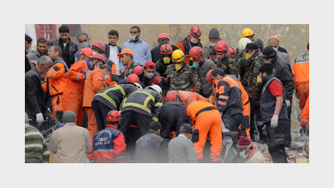 Workers from Azerbaijan work with Turkish counterparts on a collapsed building in Van province, Turkey © Belga/Xinhua/Ma Yan