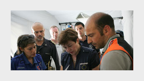 Commissioner Georgieva with aid workers © EU
