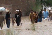 People fleeing flooded areas in Pakistan © OXFAM, 2010