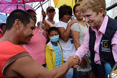 Kristalina Georgieva meeting with the inhabitants of Tacloban who queue to receive aid brought by the B-Fast (Belgian First Aid and Support Team)