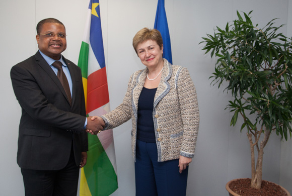 Handshake between Nicolas Tiangaye, on the left, and Kristalina Georgieva
