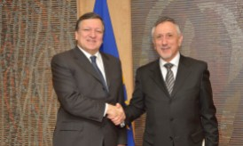 Handshake between Pasquale Valentini, on the right, and José Manuel Barroso © EU