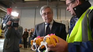 23/06/11 - Antonio Tajani doublechecks the safety of imported toys at the harbour of Rotterdam © EbS