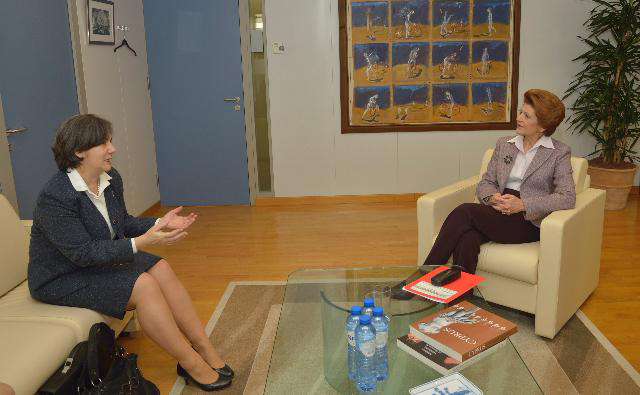 Discussion between Mirtha Maria Hormilla Castro (l) and Androulla Vassiliou (r)