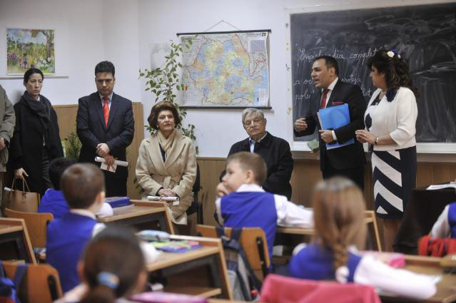 "Danut Dumitru, NGO Roma Education Fund (2nd r),  Androulla Vassiliou (3rd l) and George Soros (3rd r) at ""I.C. Bratianu"" school"
