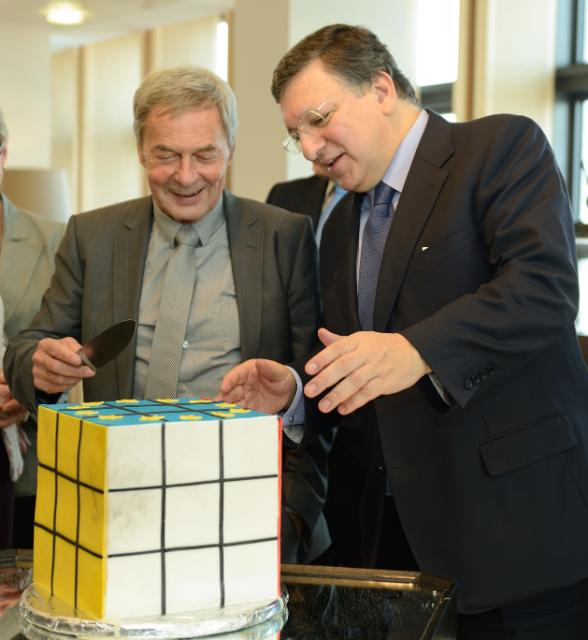 Ernő Rubik and José Manuel Barroso, going about to cut a cake in the shape of a Rubik's Cube