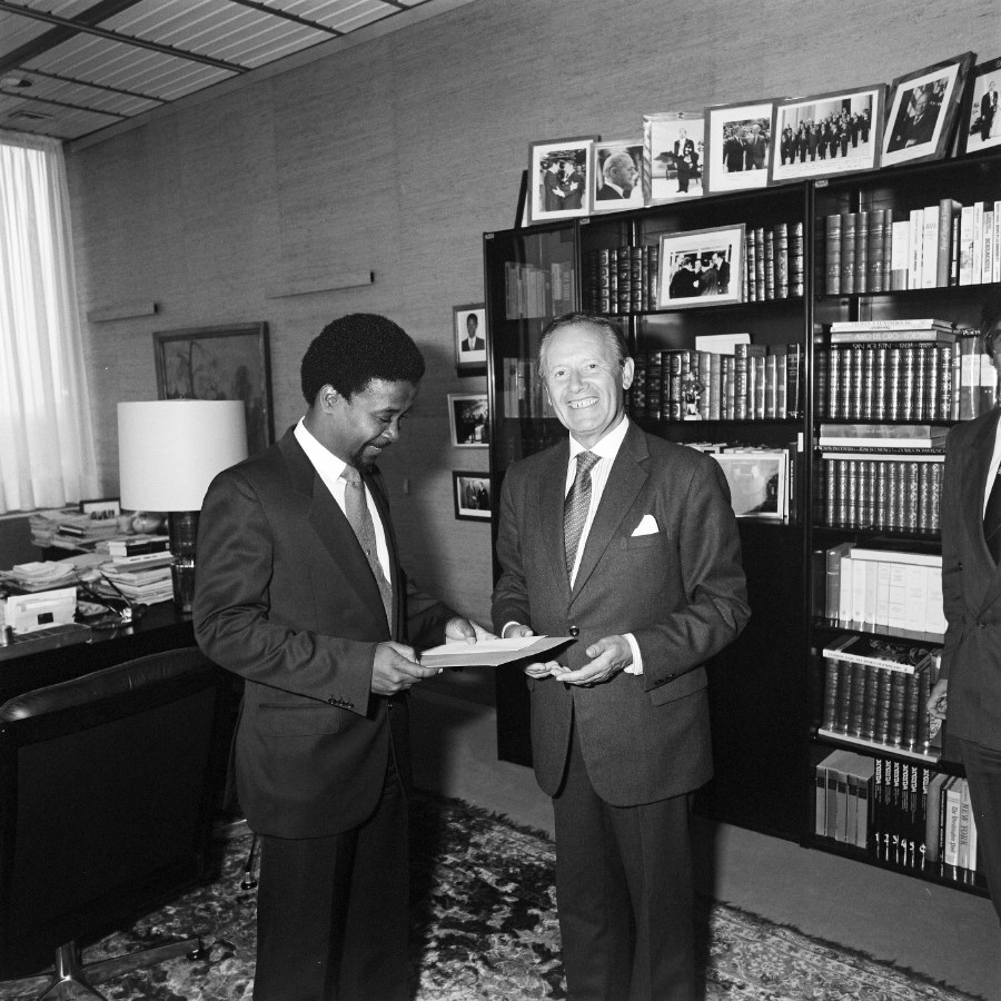 Presentation of the credentials of the Head of the Mission of Barbados to Gaston Thorn, President of the CEC