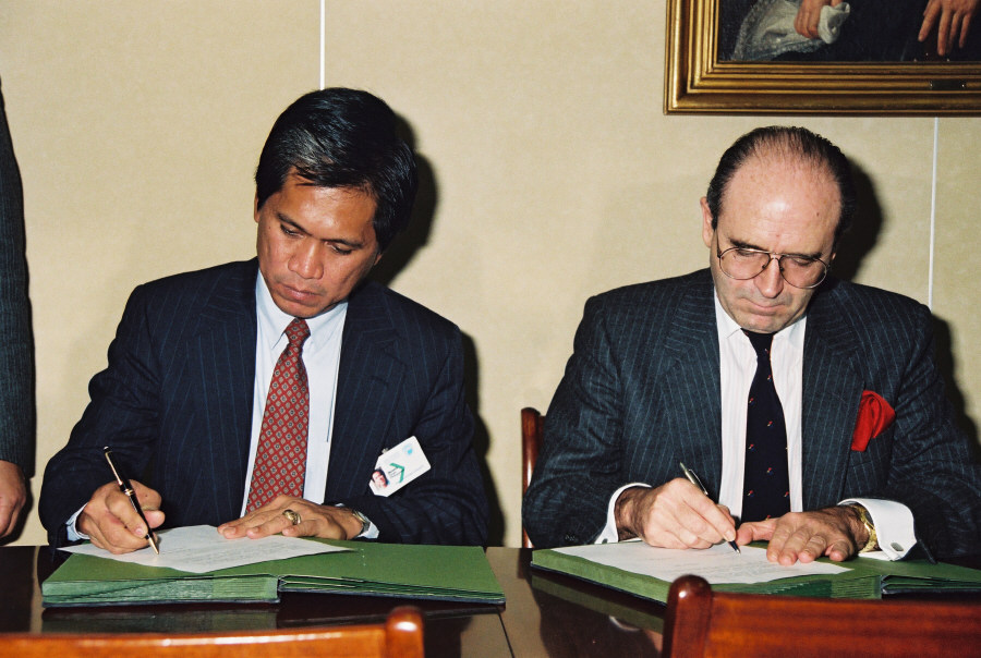 Signing of an emergency aid agreement between the EEC and the Philippines