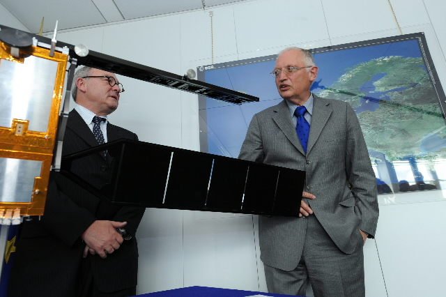 Handing of a model of the Sentinel 1 to Günther Verheughen, Vice-President of the EC, by Jean-Jacques Dordain