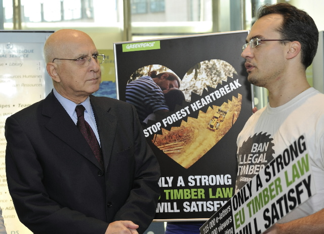 Handing of an online petition by Greenpeace to Stavros Dimas, Member of the EC