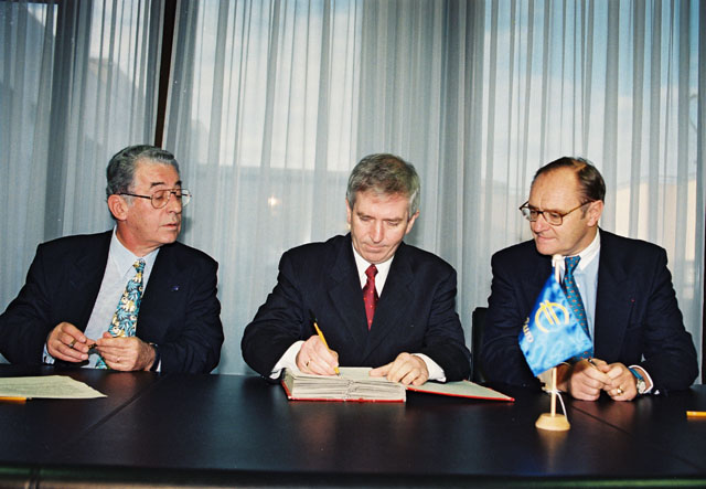 Signing of a Memorandum of understanding related to the Euro campaign between Austria, Ireland and the European Union.