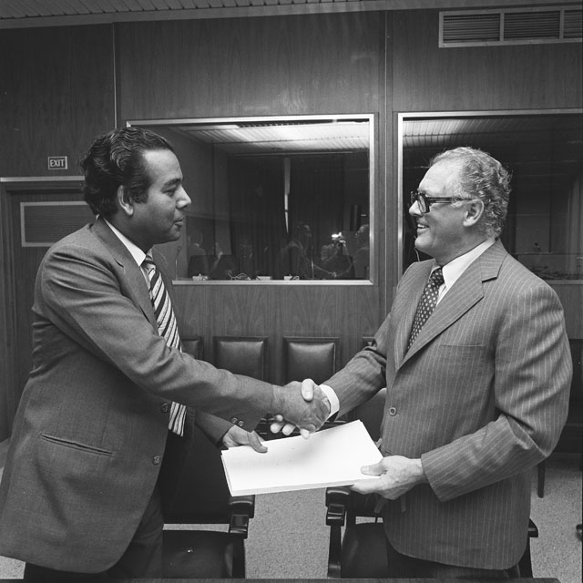 Signing of an agreement on jute products trade between the EEC and Bangladesh