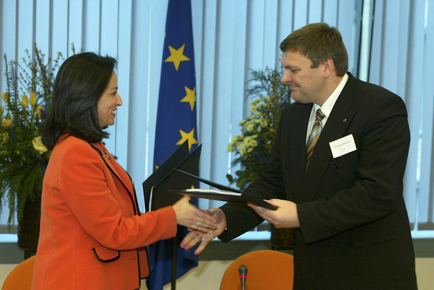 Signature of a key social inclusion agreements with the 10 accession countries