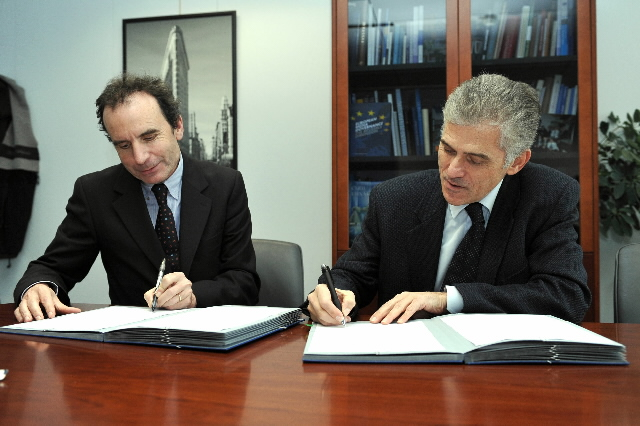 Signature of a contract for the 'Digital Media Network' project