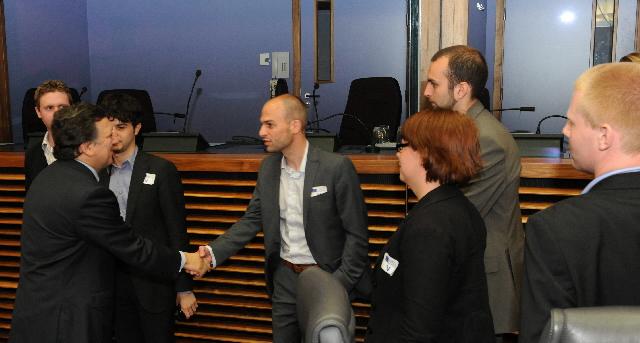 Visite d'un groupe de dirigeants d'organisations et de mouvements politiques de jeunes européens à la CE