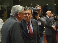 Discussion between Jean-Claude Juncker, Luxembourgish Prime Minister; Minister of State; Minister for the Treasury and President of the Eurogroup, and José Manuel Barroso (in the foreground, from left to right)