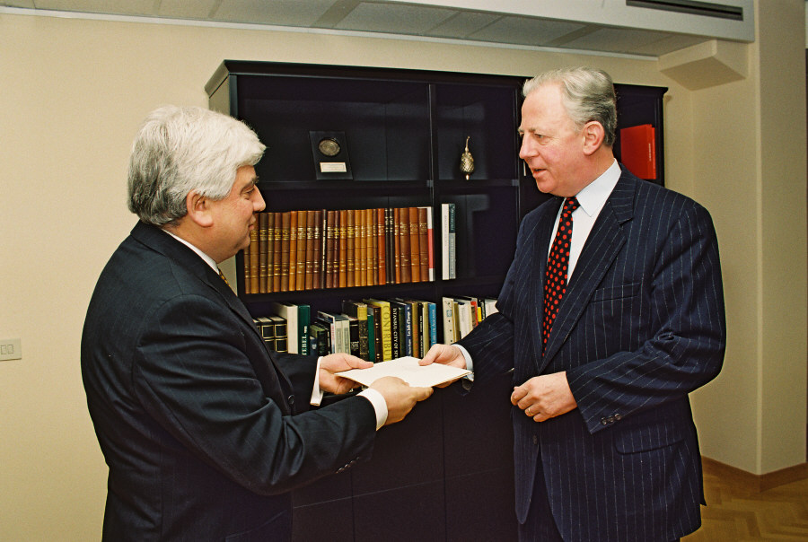 Presentation of the credentials of the Head of the Mission of Lebanon to Jacques Santer, President of the EC