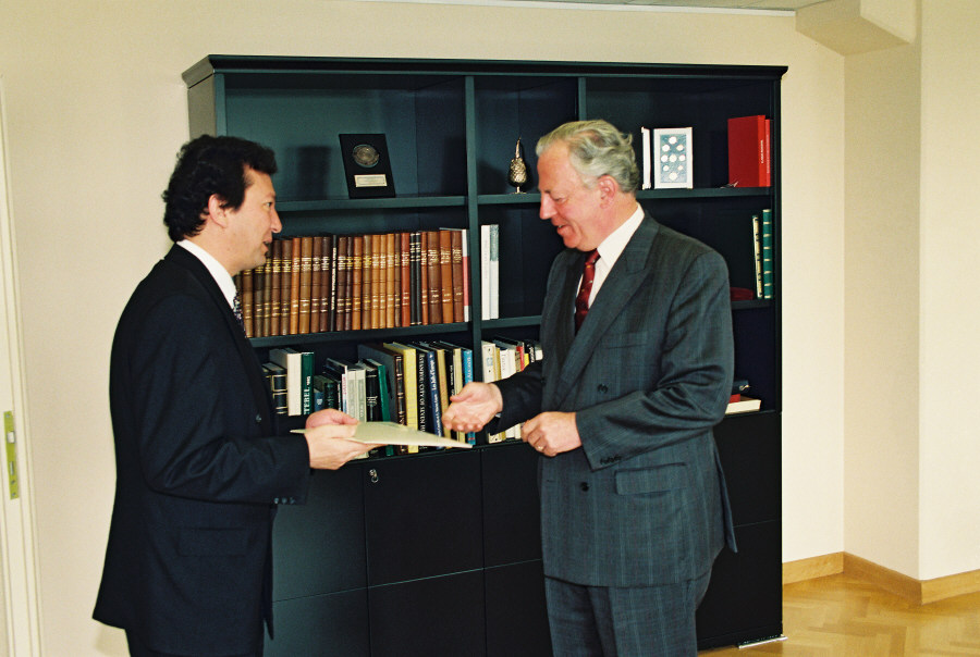 Presentation of the credentials of the Head of the Mission of Uzbekistan to Jacques Santer, President of the EC