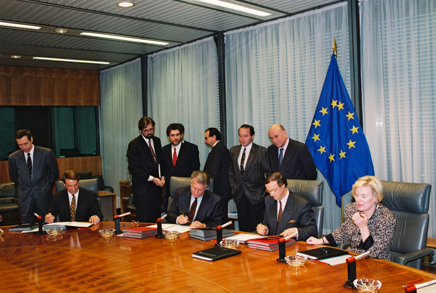 Signing of transit agreements between the EEC, Switzerland and Austria