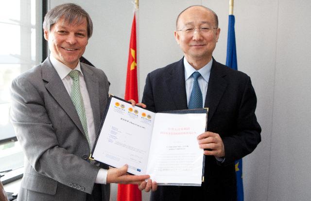 Remise d'une attestation d'IG à Zhi Shuping, ministre chinois de l'Administration générale de contrôle de la qualité, d'inspection et de quarantaine de la Chine