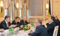Vue générale de la rencontre, de gauche à droite, à gauche: Petro Porochenko et Kostiantyn Yelisieiev, chef de la mission de l'Ukraine auprès de l'UE, à droite: Jan Tombiński, chef de la délégation de l'UE auprès de l'Ukraine, José Manuel Barroso, Štefan Füle, caché, et Hugo Sobral, chef de cabinet adjoint de José Manuel Barroso et conseiller diplomatique
