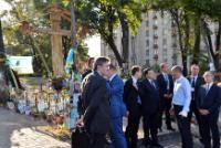 Andrij Parubiy, ancien secrétaire du Conseil national ukrainien de Sécurité et de Défense, 3e depuis la droite, José Manuel Barroso, 5e depuis la droite, Jan Tombiński, chef de la délégation de l'UE auprès de l'Ukraine, 1er depuis la droite, et Michael Karnitschnig, membre du cabinet de José Manuel Barroso, 1er depuis la gauche, au mémorial de la rue Institutskaya de Kiev