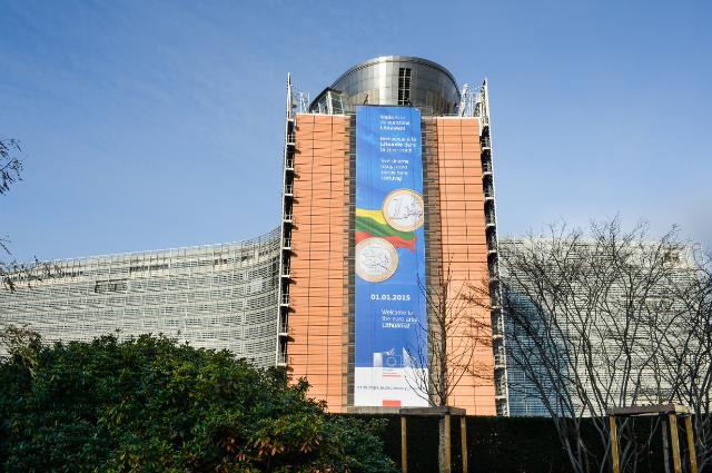L'affiche sur les bâtiments du Charlemagne et du Berlaymont à l'occasion de l' Introduction de l'euro en Lituanie - 1 Janvier 2015