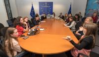 Vĕra Jourová, membre de la CE, participe à une discussion avec un groupe de jeunes filles dans le cadre de la journée internationale des droits des femmes