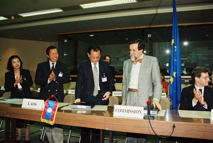 Paraphe d'un accord de coopération CE/Laos