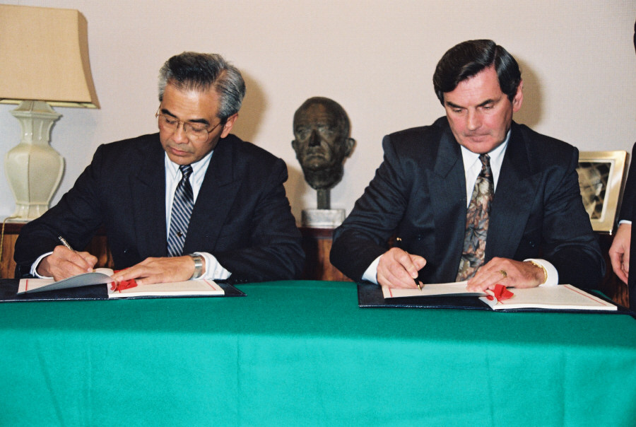 Signing of an EEC-Thailand agreement on Manioc