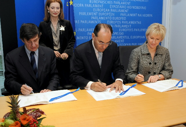 Signature of the declaration on Communicate Europe in partnership by Margot Wallström, at the EP