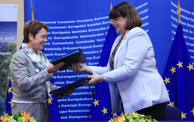 Joint press conference by Neelie Kroes, Vice-President of the EC, and Máire Geoghegan-Quinn, Member of the EC, on the Single Market for research and innovation, and the signature ceremony of the European Research Area