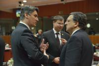 Discussion between Zoran Milanović, Croatian Prime Minister, on the left, and José Manuel Barroso, on the right, in the presence of Valdis Dombrovskis, Latvian Prime Minister