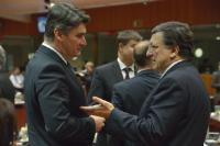 Discussion between Zoran Milanović, Croatian Prime Minister, on the left, and José Manuel Barroso