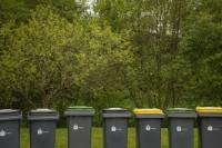 Un alignements de poubelles pour le tri sélectif