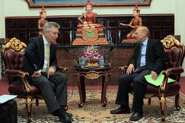 Visite de Karel De Gucht, membre de la CE, au Cambodge