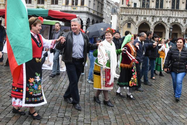 Participation de Kristalina Georgieva au Horo géant à la Grande Place de Bruxelles dans le cadre du festival Balkan Traffik