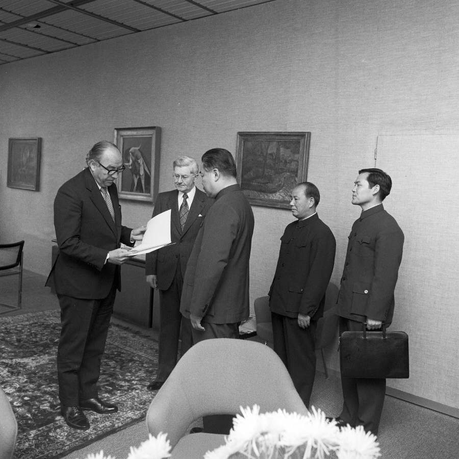 Presentation of the credentials of the Head of the Mission of China to Roy Jenkins, President of the CEC