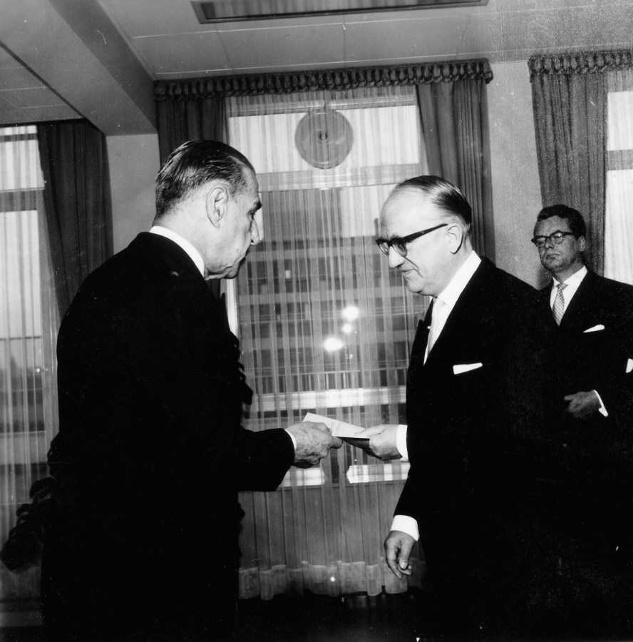 Presentation of the credentials of the Head of the Mission of Brazil to Walter Hallstein, President of the Commission of the EEC