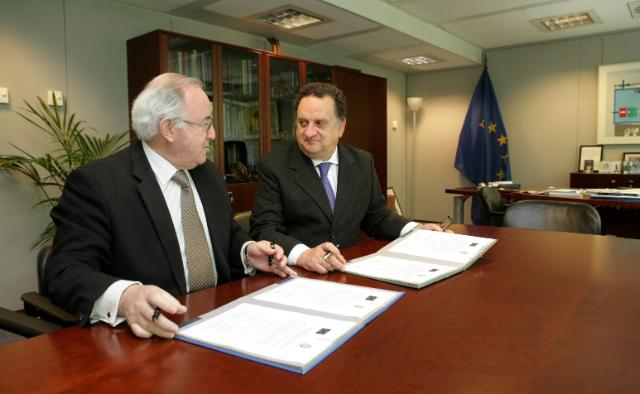 Signing of an official document between Peru and the DG Research of the EC, by Jorge Valdez Carrillo, Head of mission of Peru to the EC, and José Manuel Silva Rodríguez, Director-General of the DG Research of the EC