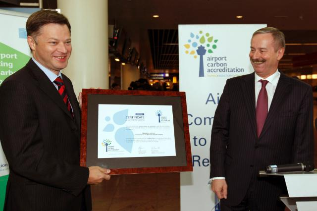 The presentation of the Airport Carbon Accreditation to Brussels Airport by Siim Kallas, Vice-President of the EC