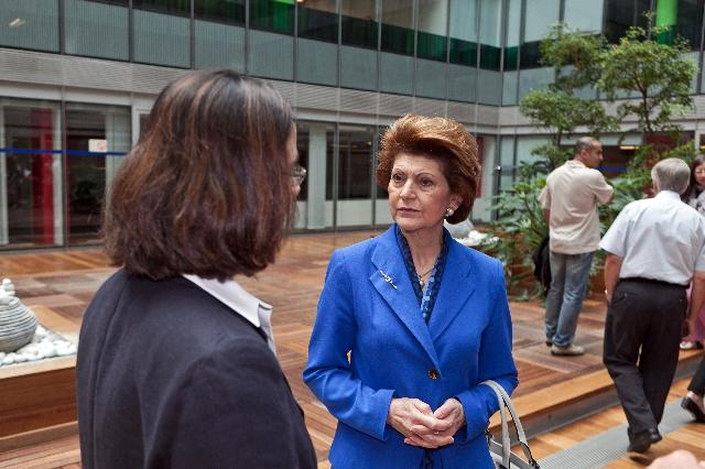 Visit of Androulla Vassiliou, Member of the EC, to the Central Library of the EC