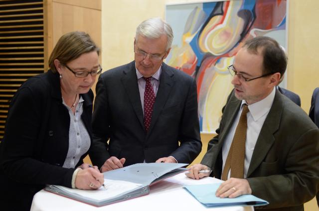 Participation of Michel Barnier, Member of the EC, at the Stakeholders Dialogue on Resale Right: signing ceremony of the 'Key Principles and Recommendations on the management of the Author Resale Right'