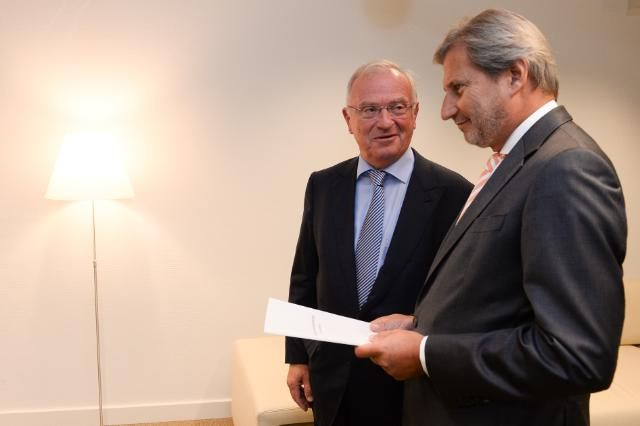 Presentation of the report of the multi-level governance and partnership of Luc Van den Brande, former President of the CoR, to Johannes Hahn, Member of the EC